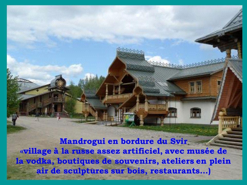 Mandrogui en bordure du Svir «village à la russe assez artificiel, avec musée de la vodka, boutiques de souvenirs, ateliers en plein air de sculptures sur bois, restaurants…)