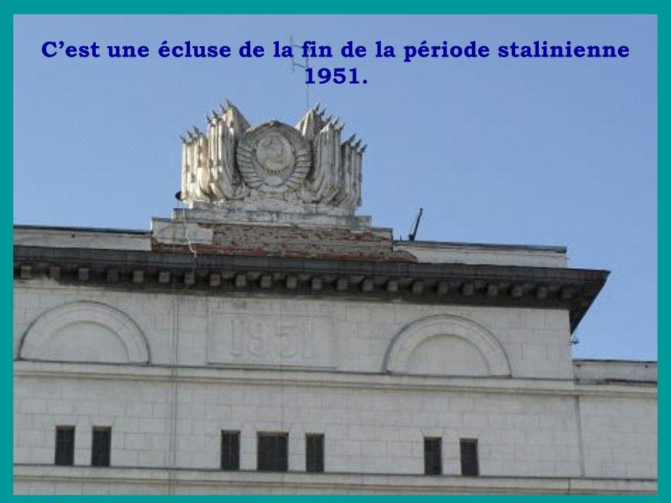 C'est une écluse de la fin de la période stalinienne 1951.