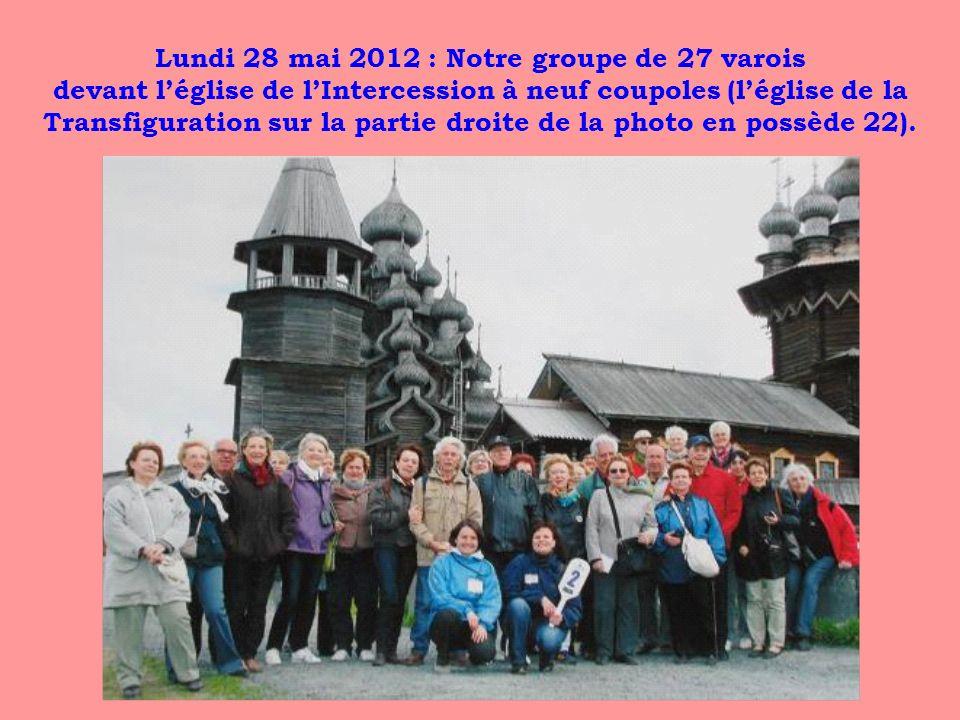 Lundi 28 mai 2012 : Notre groupe de 27 varois devant l'église de l'Intercession à neuf coupoles (l'église de la Transfiguration sur la partie droite de la photo en possède 22).