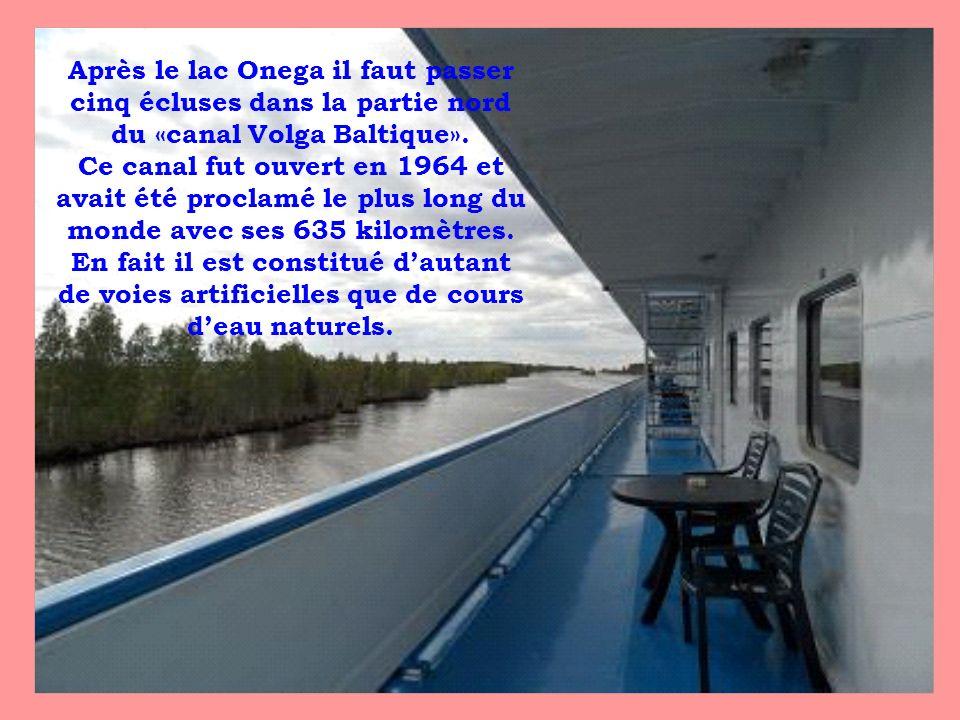 Après le lac Onega il faut passer cinq écluses dans la partie nord du «canal Volga Baltique».