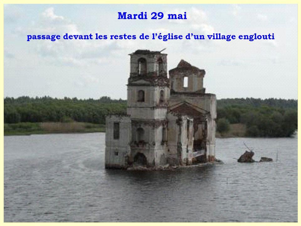 Mardi 29 mai passage devant les restes de l'église d'un village englouti