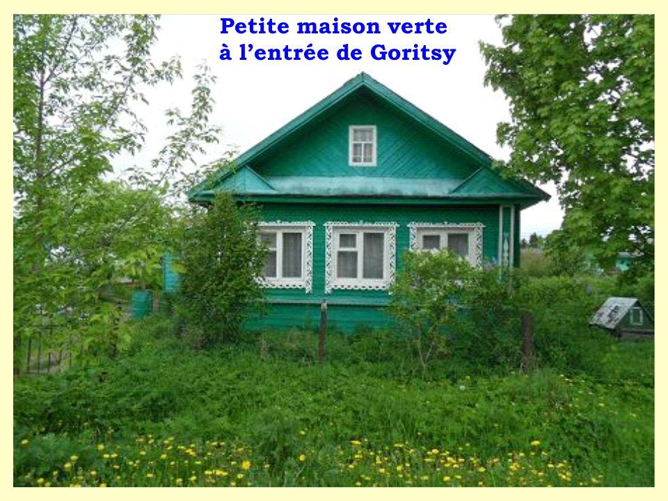Petite maison verte à l'entrée de Goritsy
