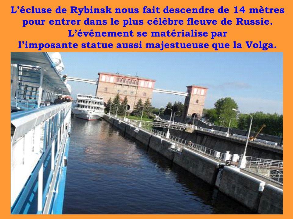 L'écluse de Rybinsk nous fait descendre de 14 mètres pour entrer dans le plus célèbre fleuve de Russie.