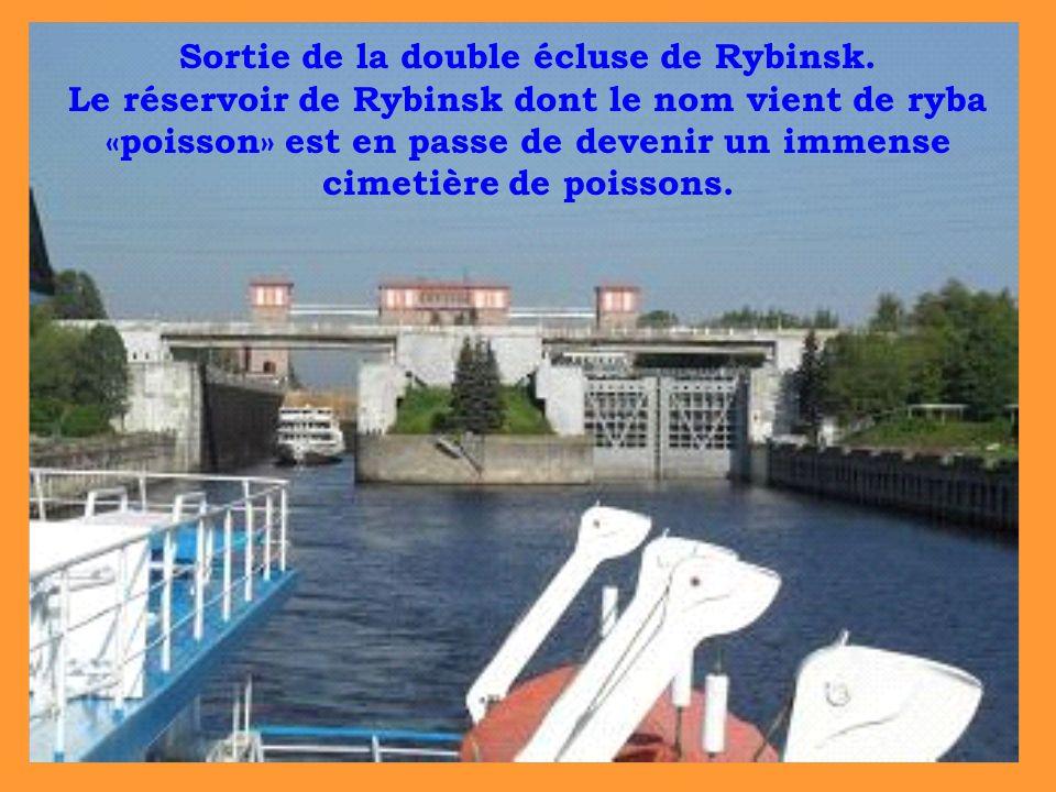 Sortie de la double écluse de Rybinsk