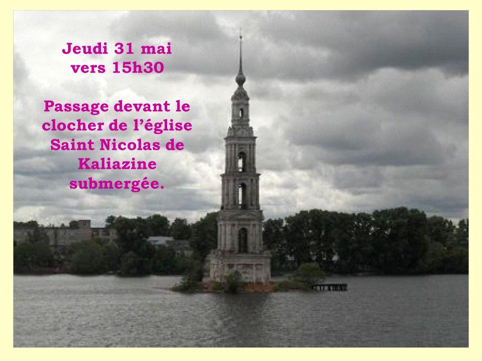 Jeudi 31 mai vers 15h30 Passage devant le clocher de l'église Saint Nicolas de Kaliazine submergée.