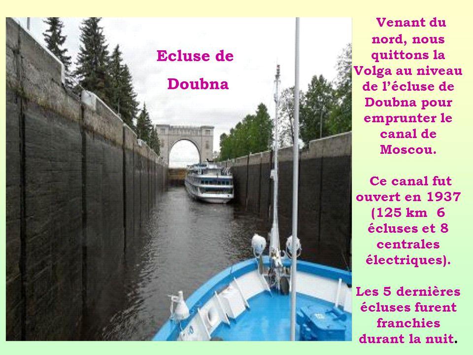 Venant du nord, nous quittons la Volga au niveau de l'écluse de Doubna pour emprunter le canal de Moscou. Ce canal fut ouvert en 1937 (125 km 6 écluses et 8 centrales électriques). Les 5 dernières écluses furent franchies durant la nuit.