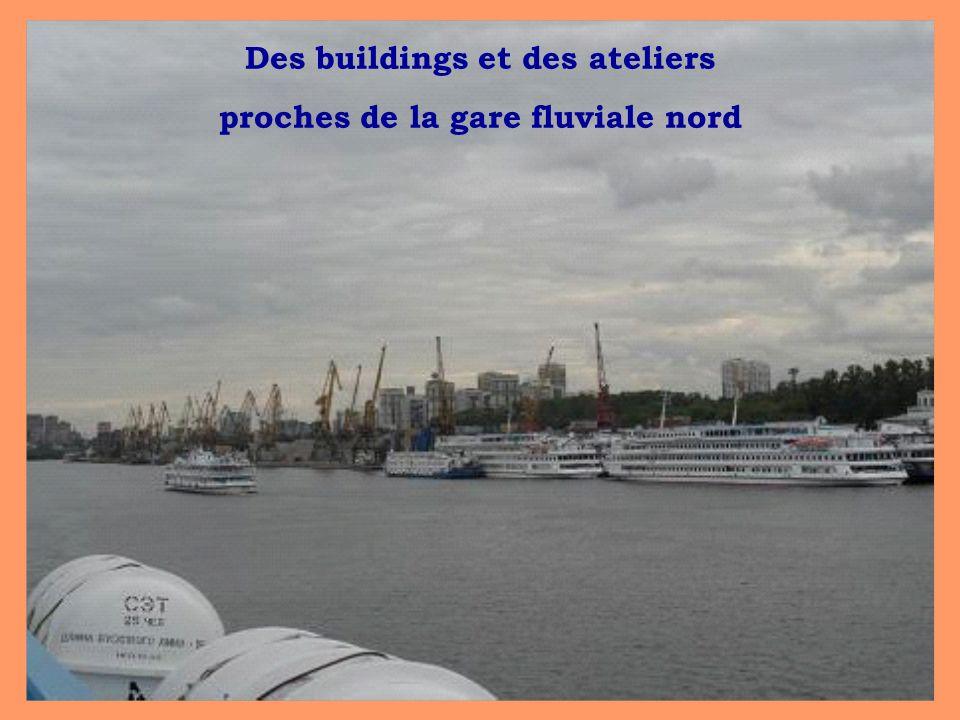 Des buildings et des ateliers proches de la gare fluviale nord