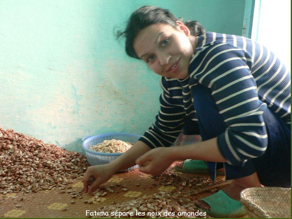 Fatima sépare les noix des amandes