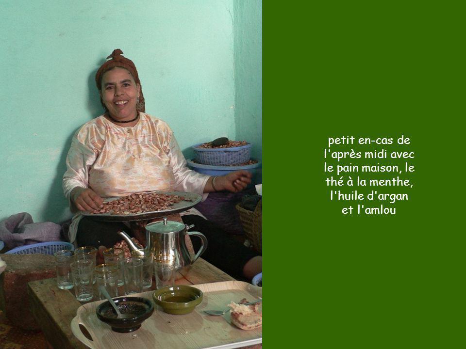 petit en-cas de l après midi avec le pain maison, le thé à la menthe, l huile d argan et l amlou