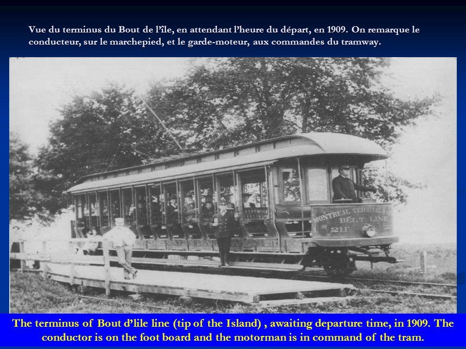 Vue du terminus du Bout de l'île, en attendant l'heure du départ, en 1909. On remarque le conducteur, sur le marchepied, et le garde-moteur, aux commandes du tramway.