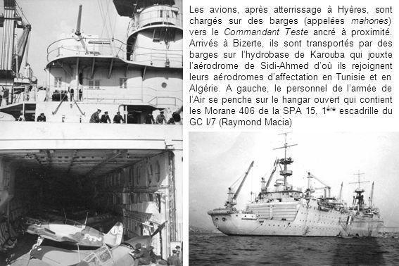 Les avions, après atterrissage à Hyères, sont chargés sur des barges (appelées mahones) vers le Commandant Teste ancré à proximité.