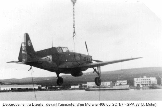 Débarquement à Bizerte, devant l'amirauté, d'un Morane 406 du GC 1/7 - SPA 77 (J. Mutin)