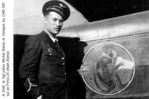 A Sétif, le Sgt pilote Michel Barria et l'insigne du CAR 585 sur un Potez 25 (Alain Barria)