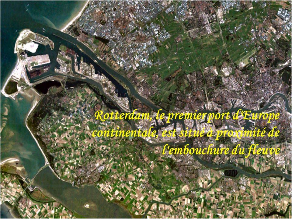 Rotterdam, le premier port d Europe continentale, est situé à proximité de l embouchure du fleuve