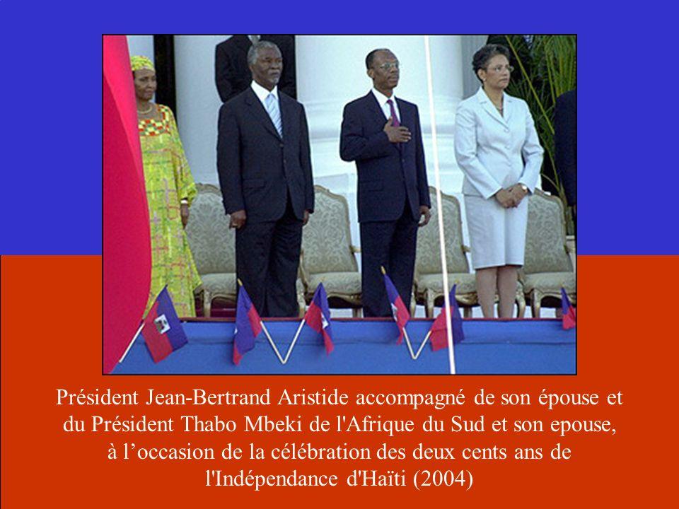 Président Jean-Bertrand Aristide accompagné de son épouse et du Président Thabo Mbeki de l Afrique du Sud et son epouse, à l'occasion de la célébration des deux cents ans de l Indépendance d Haïti (2004)