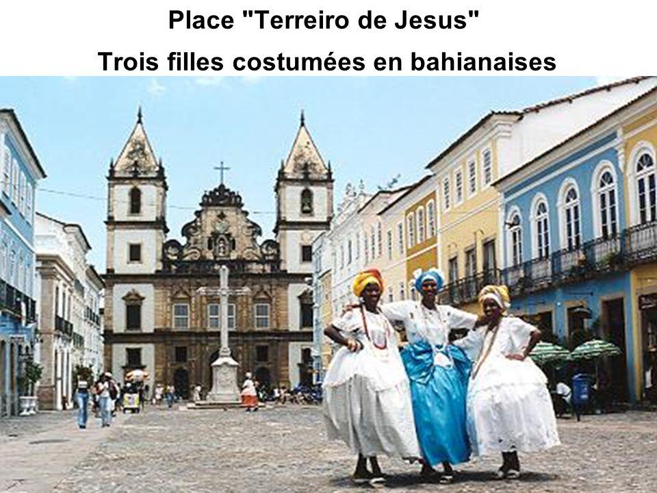 Place Terreiro de Jesus Trois filles costumées en bahianaises