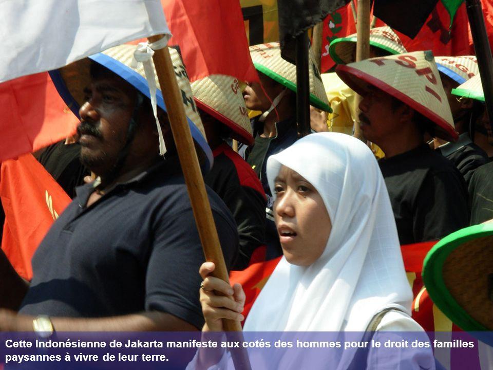 Cette Indonésienne de Jakarta manifeste aux cotés des hommes pour le droit des familles paysannes à vivre de leur terre.