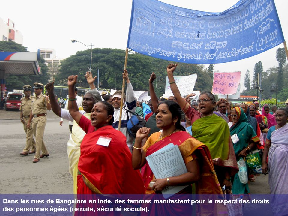 Dans les rues de Bangalore en Inde, des femmes manifestent pour le respect des droits des personnes âgées (retraite, sécurité sociale).