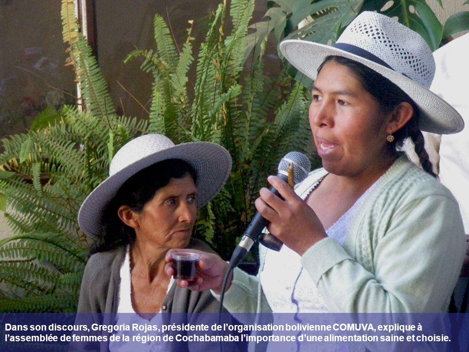 Dans son discours, Gregoria Rojas, présidente de l'organisation bolivienne COMUVA, explique à l'assemblée de femmes de la région de Cochabamaba l'importance d'une alimentation saine et choisie.