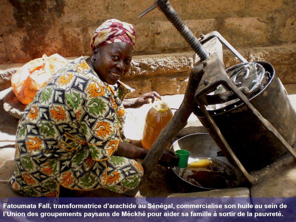 Fatoumata Fall, transformatrice d'arachide au Sénégal, commercialise son huile au sein de l'Union des groupements paysans de Méckhé pour aider sa famille à sortir de la pauvreté.