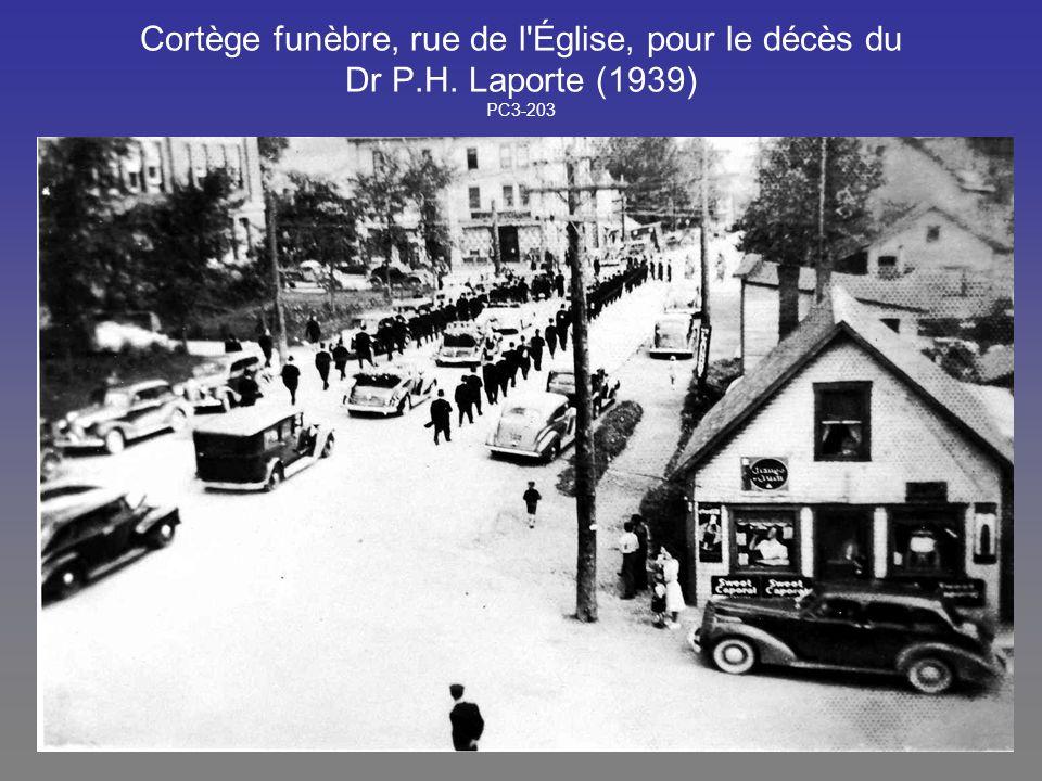 Cortège funèbre, rue de l Église, pour le décès du Dr P. H