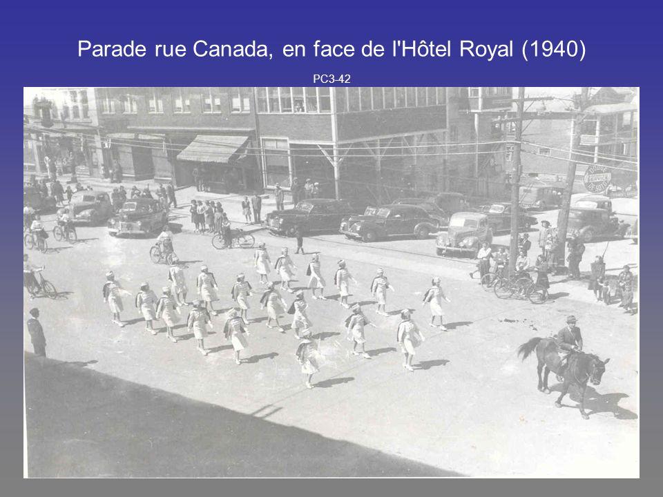Parade rue Canada, en face de l Hôtel Royal (1940) PC3-42