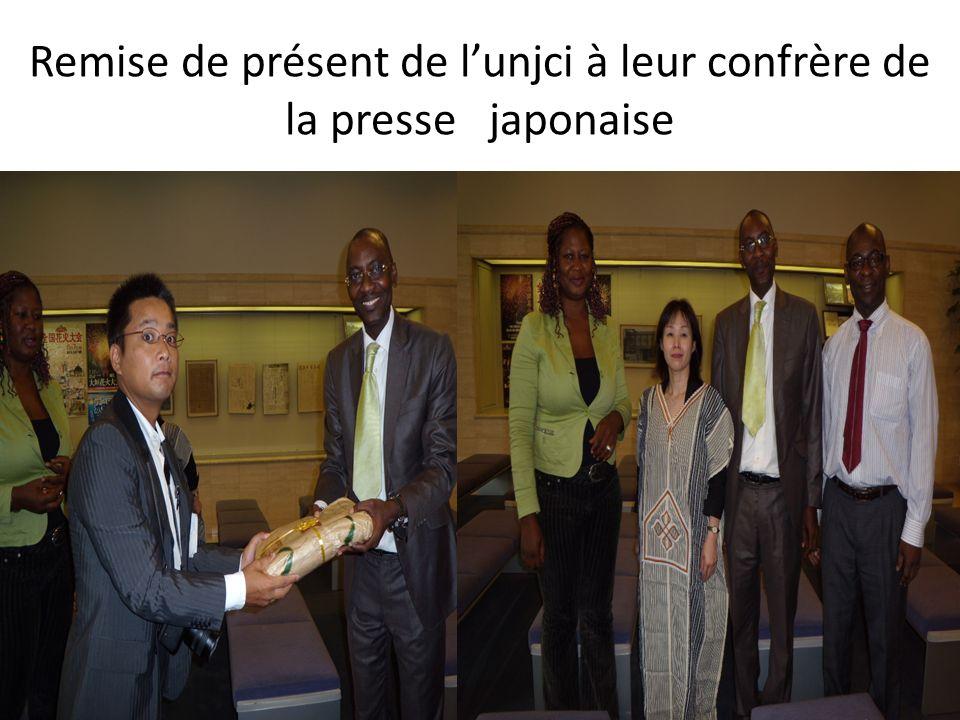 Remise de présent de l'unjci à leur confrère de la presse japonaise