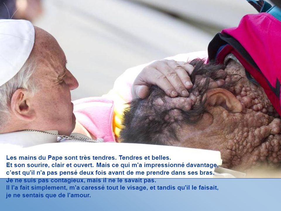 Les mains du Pape sont très tendres. Tendres et belles