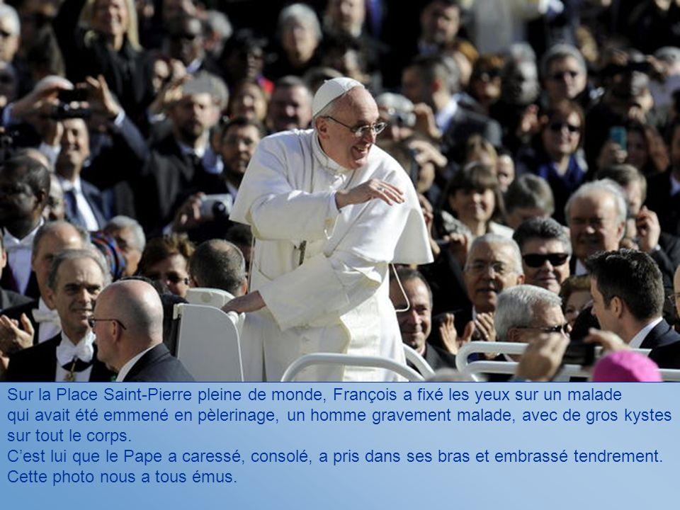 Sur la Place Saint-Pierre pleine de monde, François a fixé les yeux sur un malade