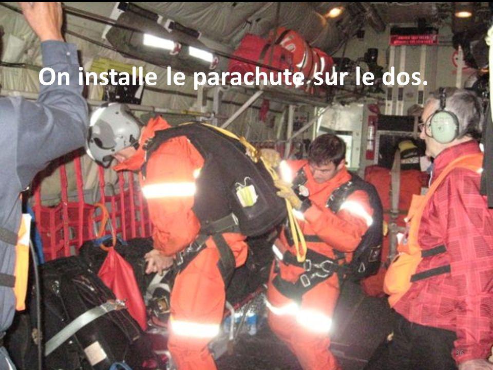 On installe le parachute sur le dos.