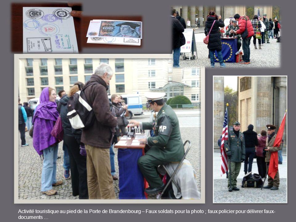 Activité touristique au pied de la Porte de Brandenbourg – Faux soldats pour la photo ; faux policier pour délivrer faux-documents …