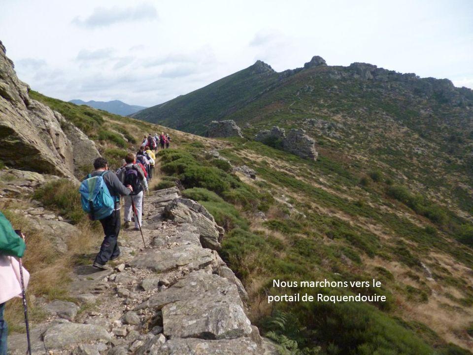 Nous marchons vers le portail de Roquendouire