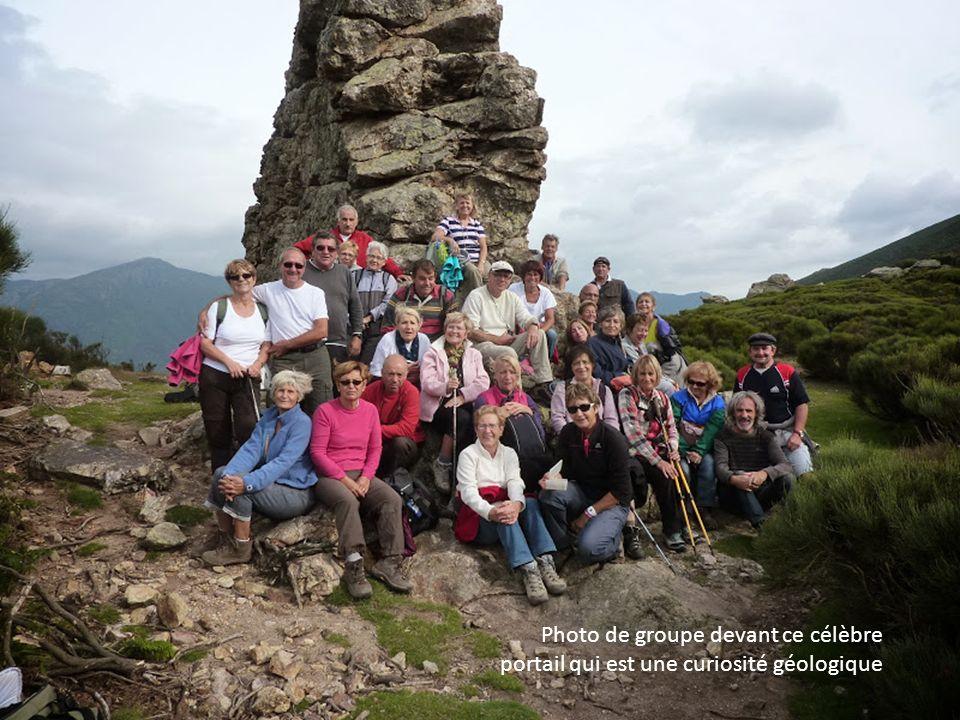 Photo de groupe devant ce célèbre portail qui est une curiosité géologique