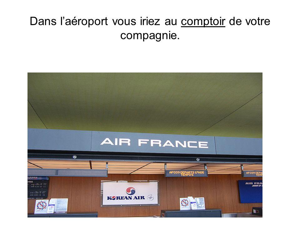 Dans l'aéroport vous iriez au comptoir de votre compagnie.