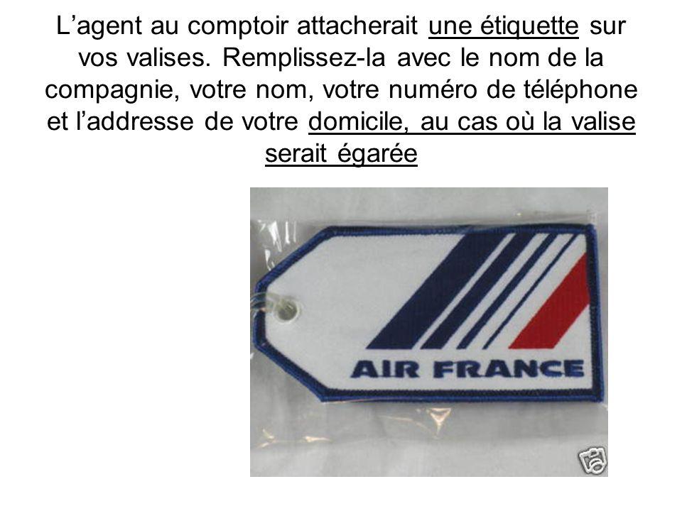 L'agent au comptoir attacherait une étiquette sur vos valises