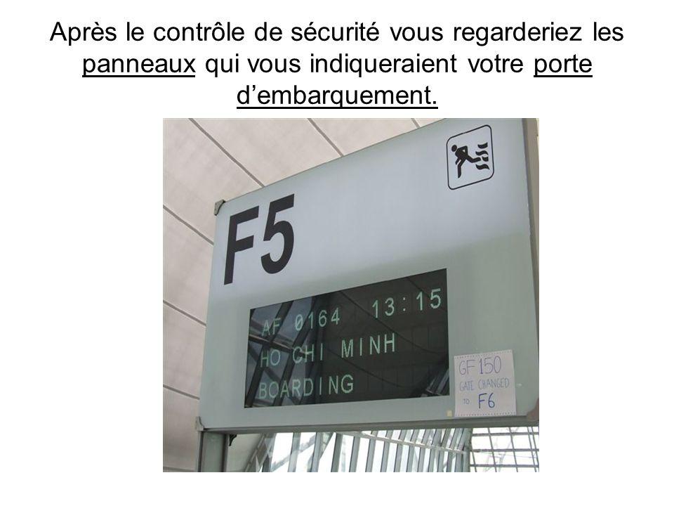 Après le contrôle de sécurité vous regarderiez les panneaux qui vous indiqueraient votre porte d'embarquement.