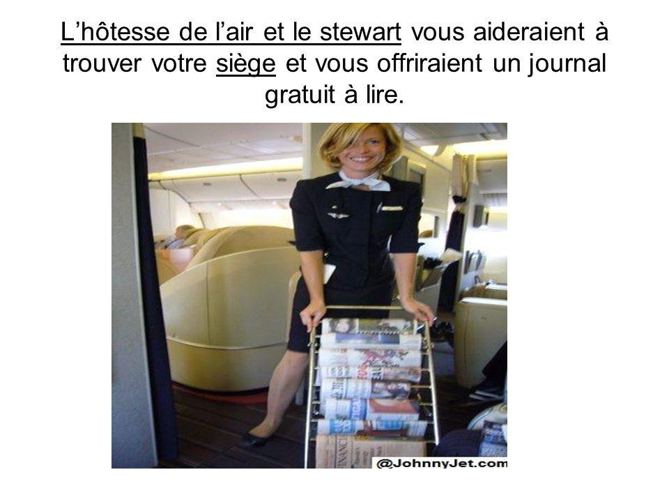 L'hôtesse de l'air et le stewart vous aideraient à trouver votre siège et vous offriraient un journal gratuit à lire.