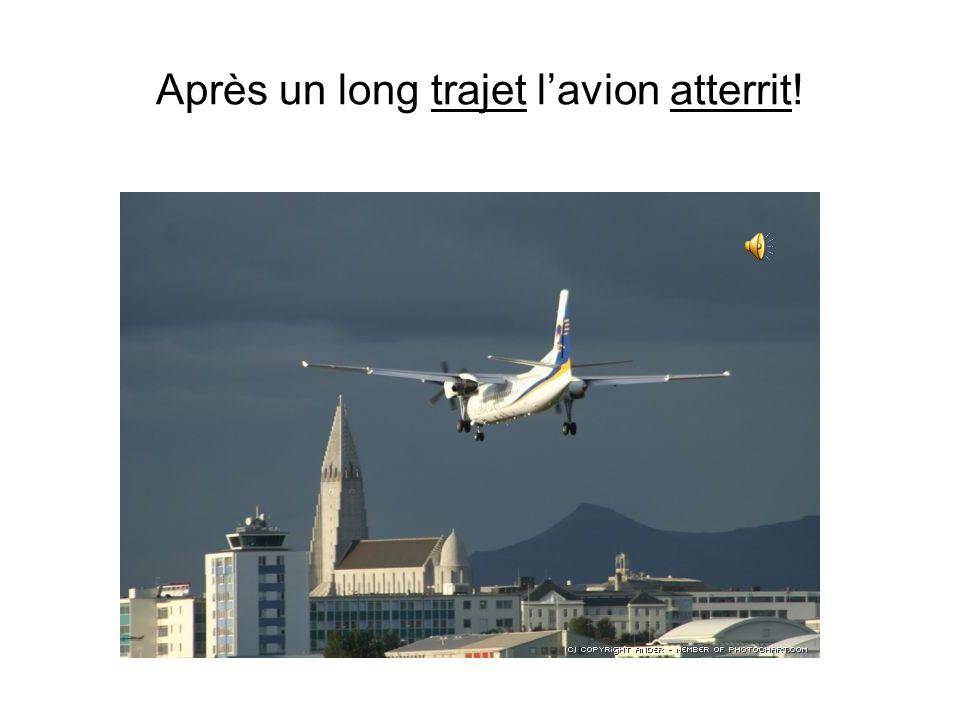 Après un long trajet l'avion atterrit!