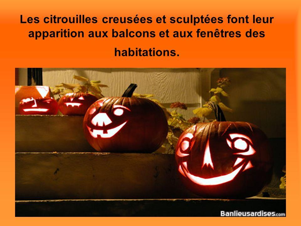 Les citrouilles creusées et sculptées font leur apparition aux balcons et aux fenêtres des habitations.