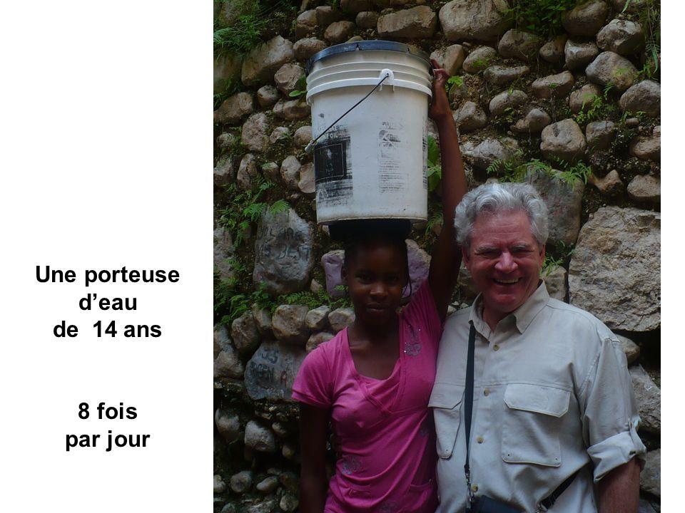 Une porteuse d'eau de 14 ans 8 fois par jour