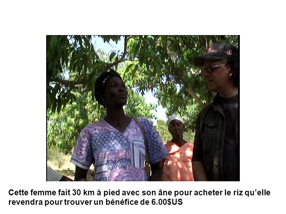 Cette femme fait 30 km à pied avec son âne pour acheter le riz qu'elle revendra pour trouver un bénéfice de 6.00$US