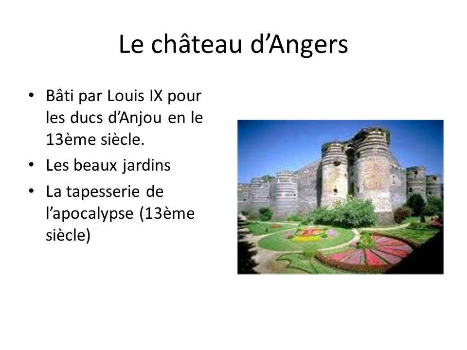 Le château d'Angers Bâti par Louis IX pour les ducs d'Anjou en le 13ème siècle. Les beaux jardins.