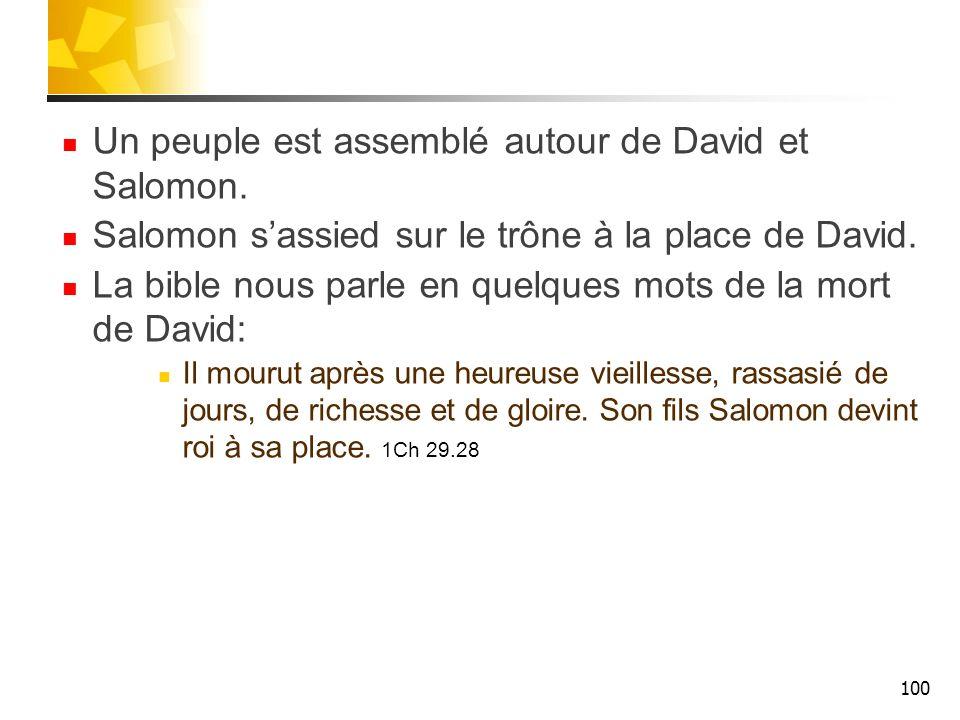 Un peuple est assemblé autour de David et Salomon.