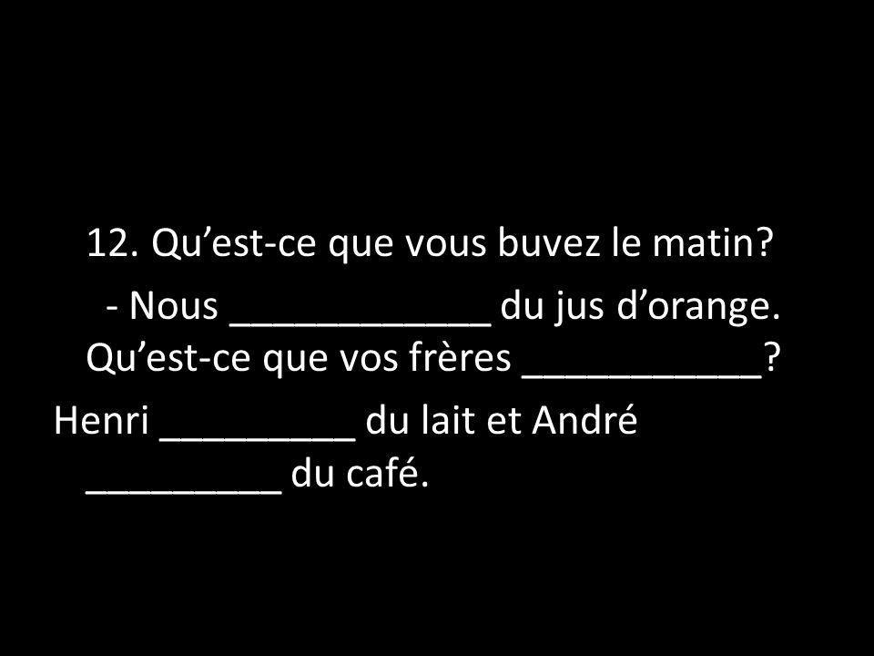 Henri _________ du lait et André _________ du café.