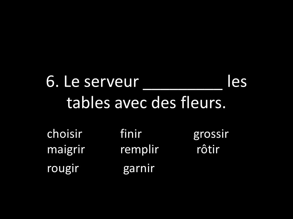 6. Le serveur _________ les tables avec des fleurs.