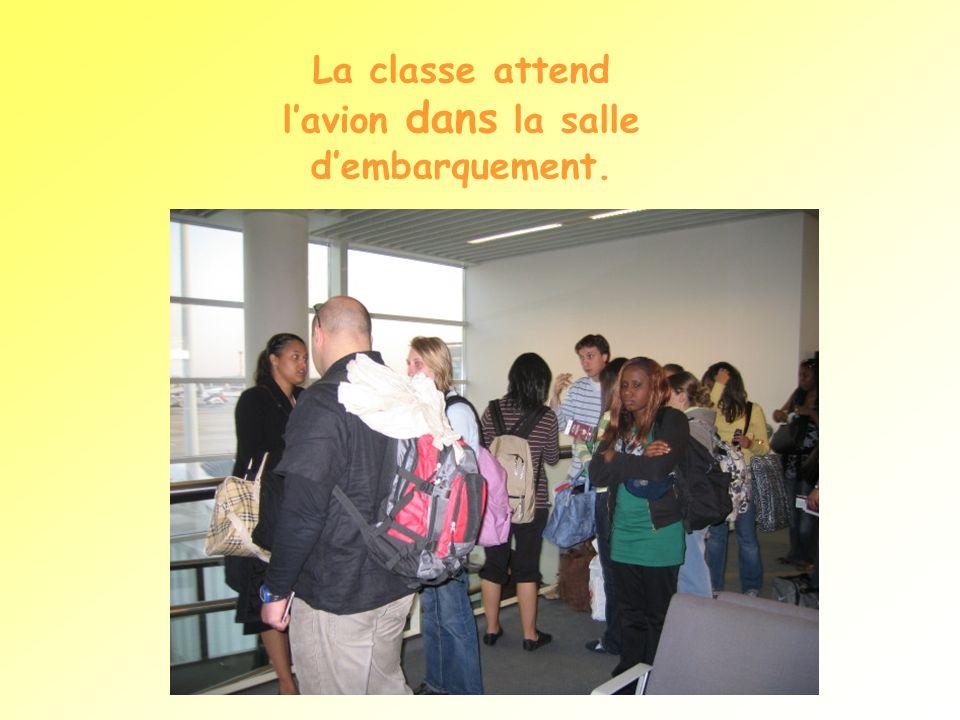 La classe attend l'avion dans la salle d'embarquement.