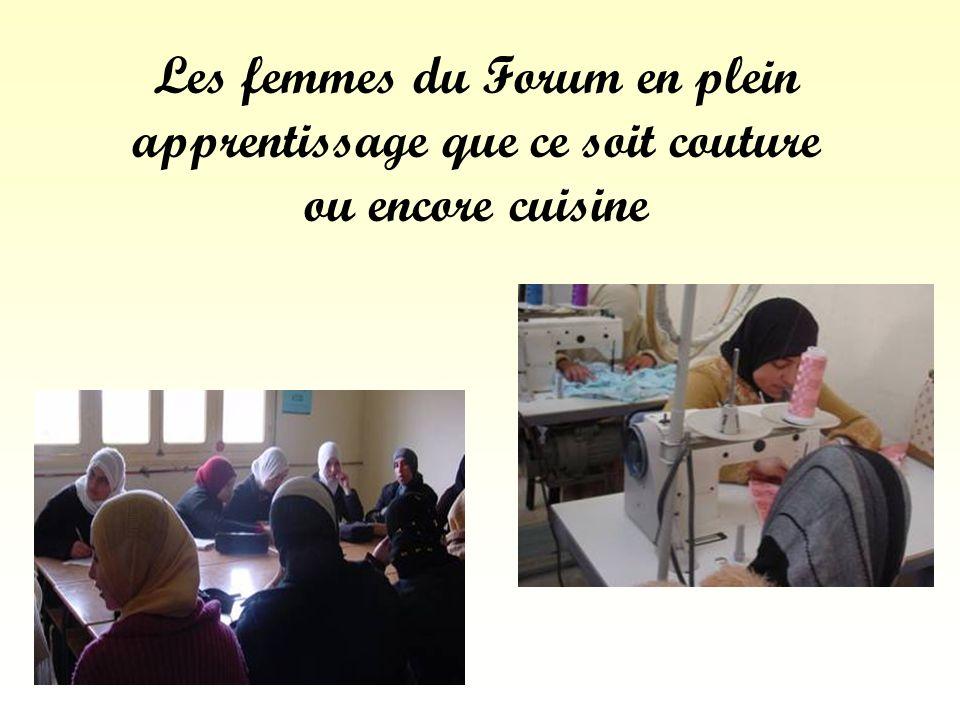 Les femmes du Forum en plein apprentissage que ce soit couture ou encore cuisine