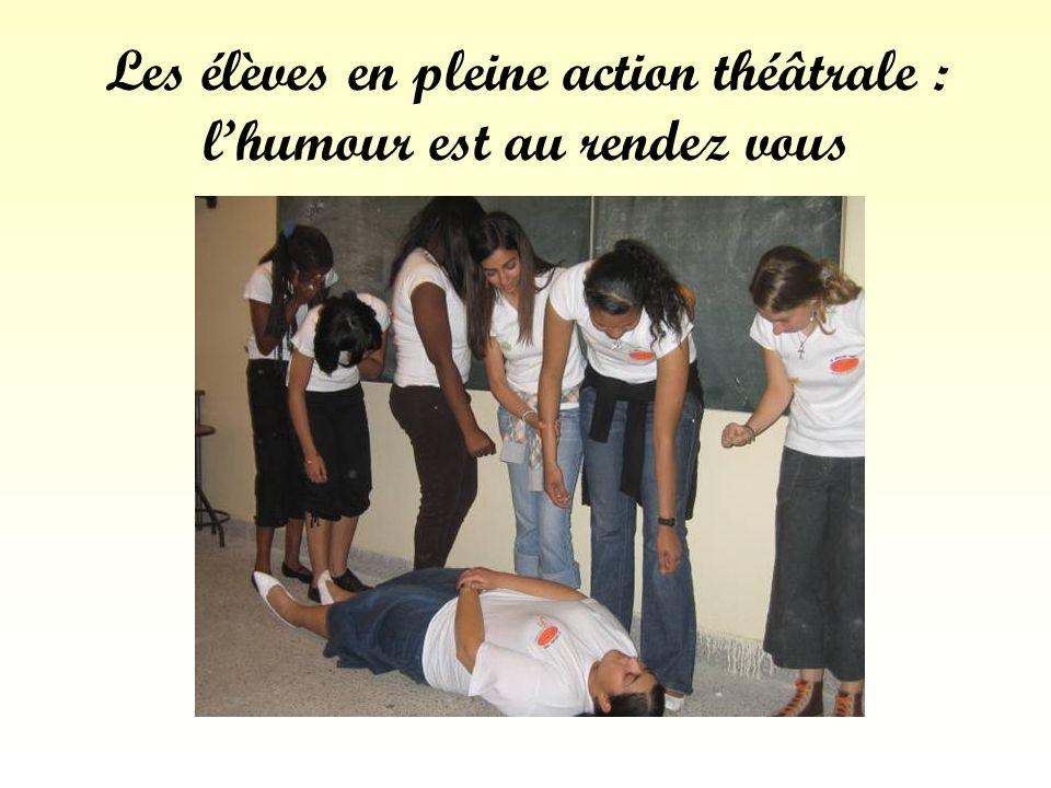 Les élèves en pleine action théâtrale : l'humour est au rendez vous