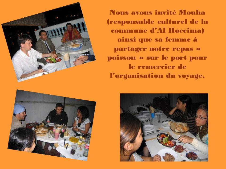 Nous avons invité Mouha (responsable culturel de la commune d'Al Hoceima) ainsi que sa femme à partager notre repas « poisson » sur le port pour le remercier de l'organisation du voyage.