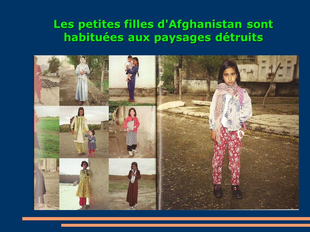 Les petites filles d Afghanistan sont habituées aux paysages détruits